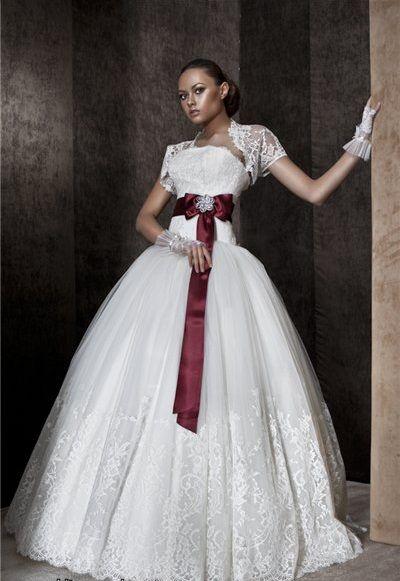 Robe de mariée au ruban rouge